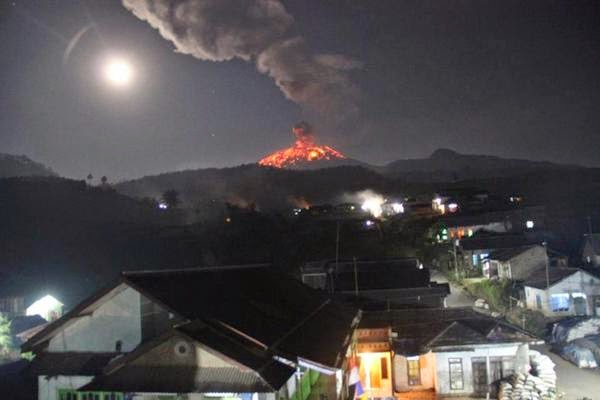 Powerful explosion of at Slamet volcano on 12 Sep, showering the whole upper cone with lavva bombs, seen from the village of Sigedong (image: Fariz Azki Maulana via Volcano Alert / Culture Volcan)