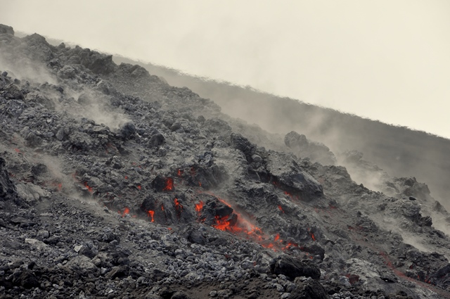 Front of Soputan's active lava flow on 5 Feb (photo: Andi / VolcanoDiscovery Indonesia)