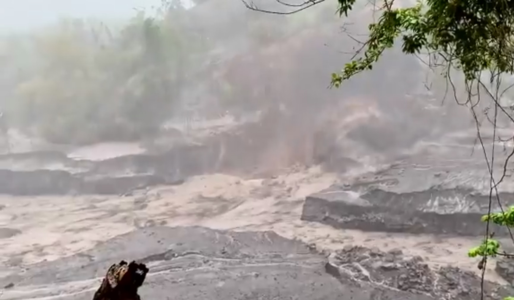 The video screenshot from lahar (mud flows) in Wallbou valley (image: @PaulCole23/twitter)