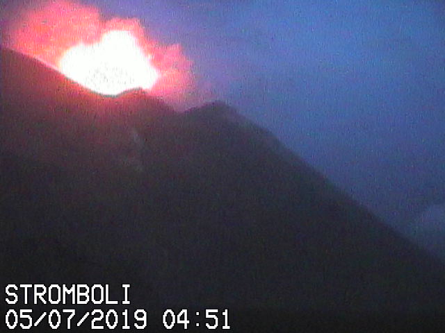 Typical strombolian explosion this morning (image: Vulcano a Piedi webcam)