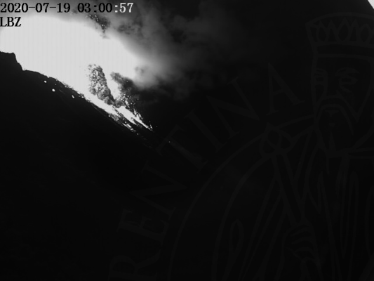 View of the crater area about one minute after the eruption this morning (image: LBZ webcam from Punta Labronzo)