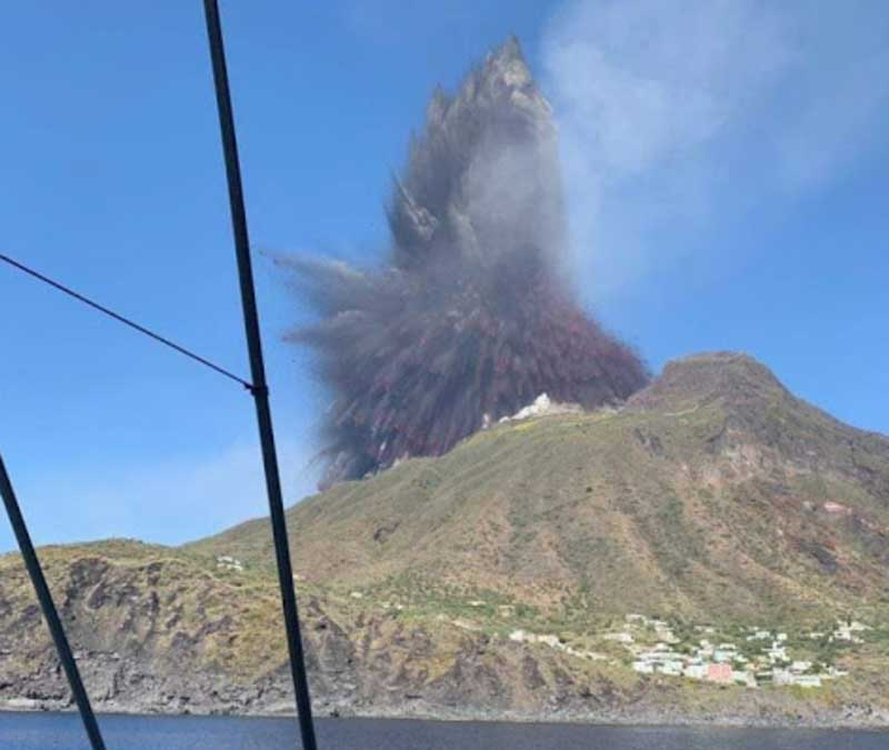 The explosion seen from the sea at 2 km distance (image courtesy: Francesco Rinauro / facebook)