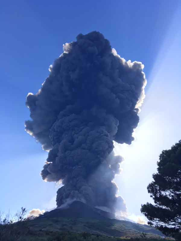 The rising eruption column seen from Scari (east side of island) (image: Francesca Utano / VolcanoDiscovery)