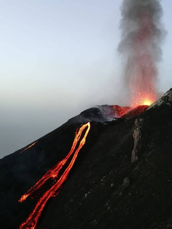Active lava flow on Stromboli seen yesterday evening (image: www.weathersicily.it / facebook)