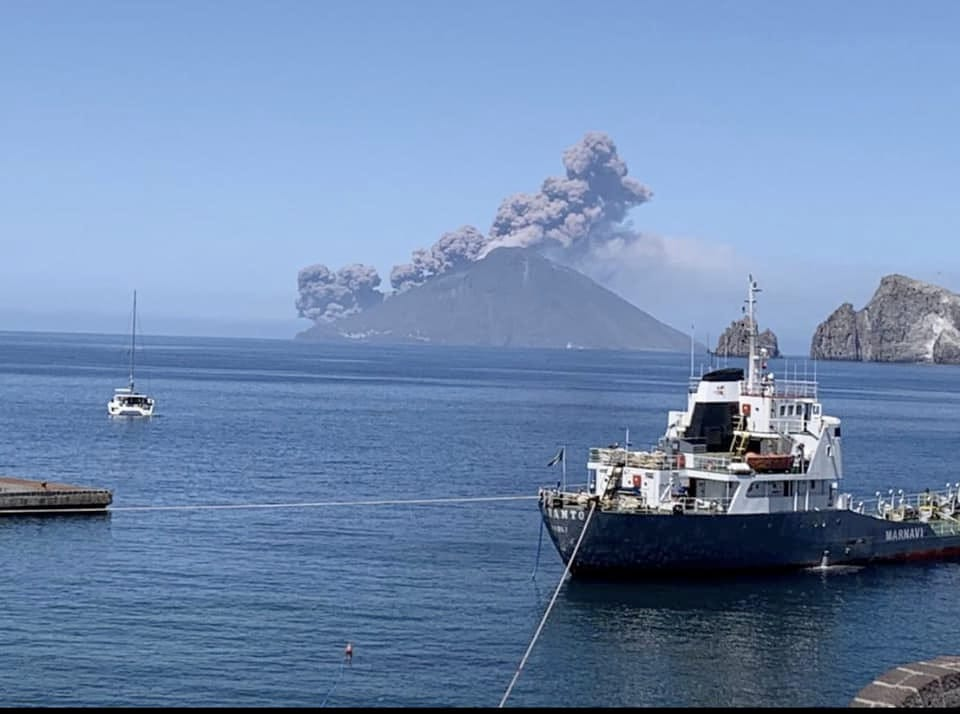 The pyroclastic flow on Stromboli seen from Panarea Island 25 km to the SW (image: History_of_Geology @Geology_History / twitter)