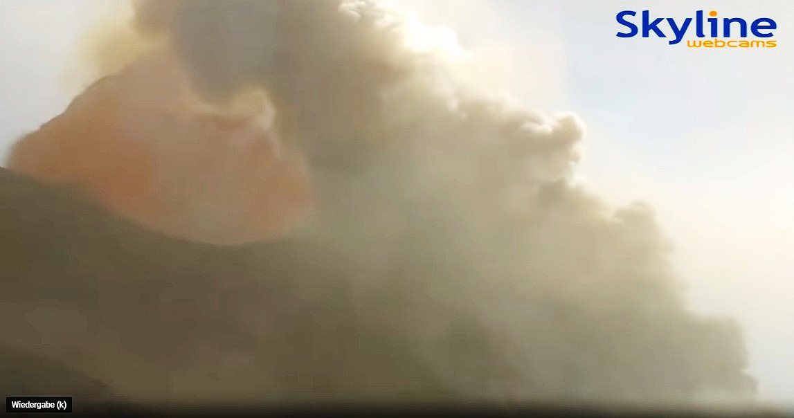 The bursting lava bubble during the first explosion at 16:46 (image: Skyline Webcam)