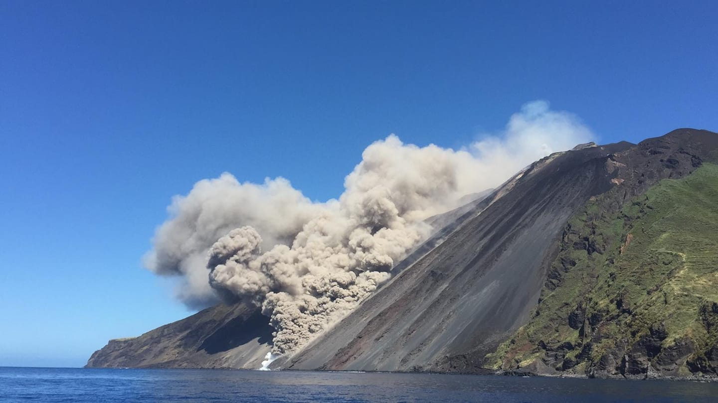 The pyroclastic flow seen from the southwest (image: facebook.com/ashara.it)
