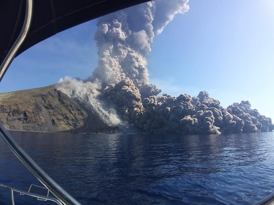 The pyroclastic flows traveling about 1 km above the water (image: Sailactive I Segelreisen & Yachtcharter / facebook)