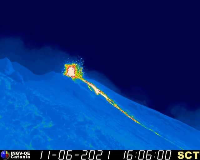 Strong spattering and a new lava flow on Stromboli yesterday evening (image: thermal webcam of INGV Catania)
