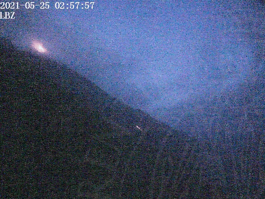 Stromboli's Sciara del Fuoco this morning with the still weakly active lava flow (image: LGS webcam)
