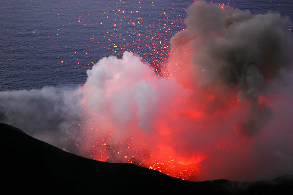 Explosion of a magma bubble from the central crater (1)