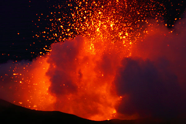 Explosion of a magma bubble from the central crater (2)