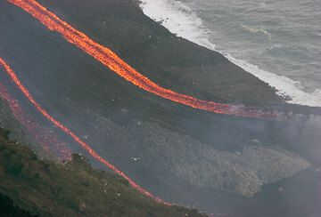 Two flow arms reach the lava delta.