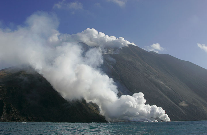 The Sciara del Fuoco on 4 March: the thick steam plume covers the lava flow.