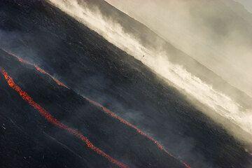 Rockfalls behing the lava flows. (1)
