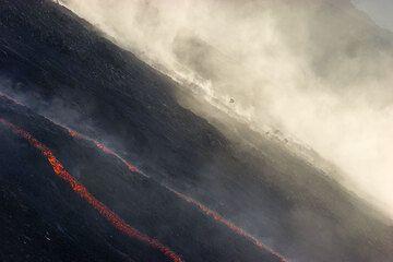 Rockfalls behing the lava flows. (2)