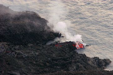 A small lava channel feeding a small entry (6 March)