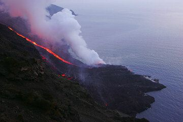 6 March: the delta at dusk, a surge of lava is coming down at the eastern arm, and has reached the top of the delta.