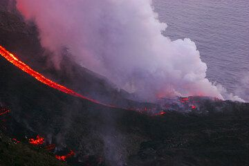 Lava flows at the sea on 6 March (1)