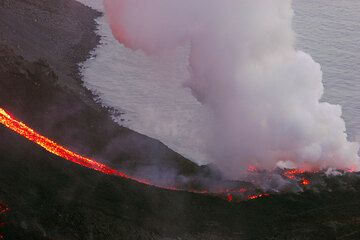 Lava flows at the sea on 6 March (2)