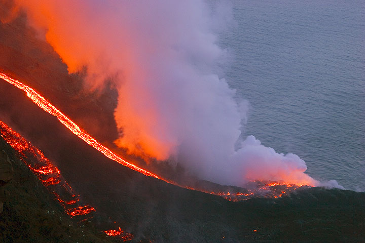 Lava flows at the sea on 6 March (3)
