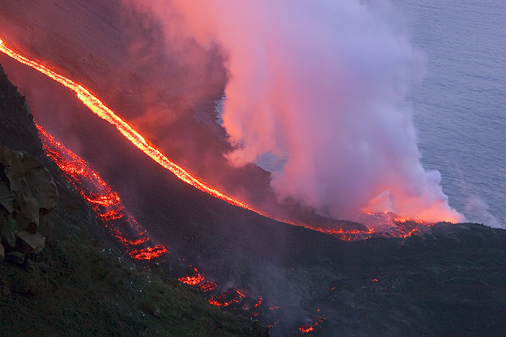 Lava flows at the sea on 6 March (4)