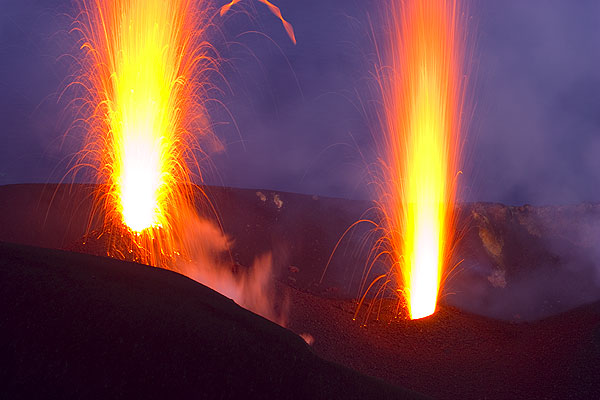 Simultaneous eruption from two vents of Stromboli volcano