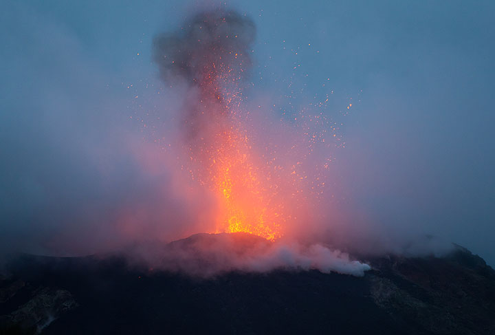Strong explosion of a lava bubble from Stromboli's NE vent on 10 Jan evening