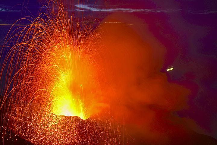 Strrong Stromboli explosie van de westerse vent van Stromboli (24 Oct)