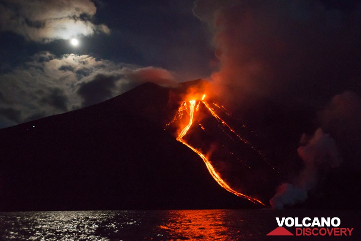 Stromboli's lava flows yesterday night