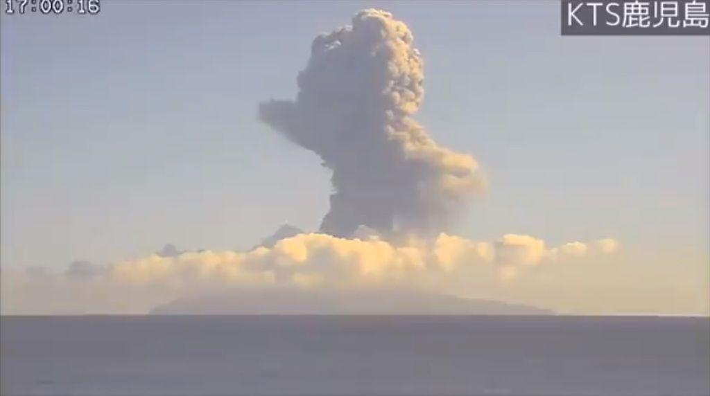 A webcam screenshot of Suwanosejima's eruption from yesterday (image: @wischweg/twitter)
