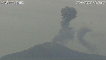 Dense eruption column from Suwanosejima volcano on 31 May (image: @mykagoshima/twitter)