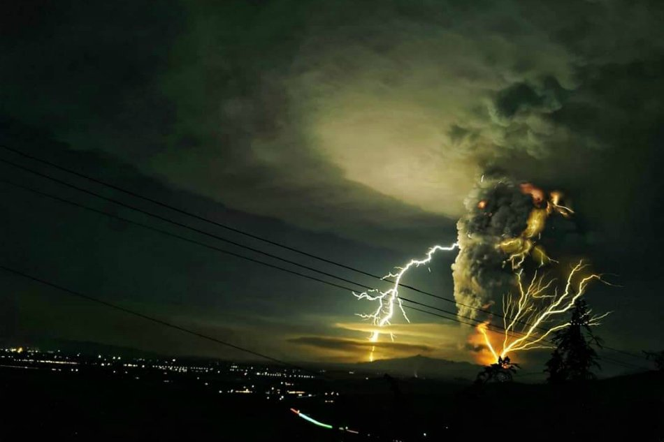 Spectacular view of the eruption from Batangas. Credit: Domcar Lagto
