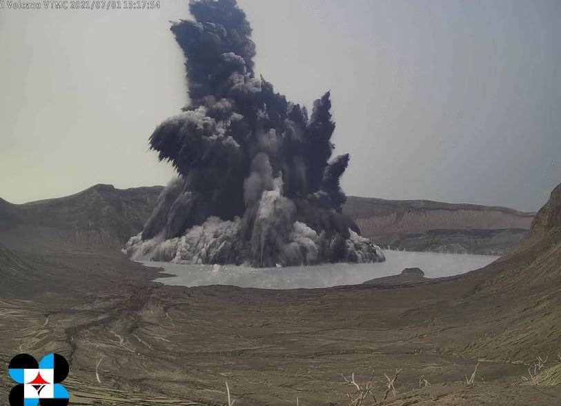 Phreatomagmatic eruption generated cock's tail today (image: PHIVOLCS)