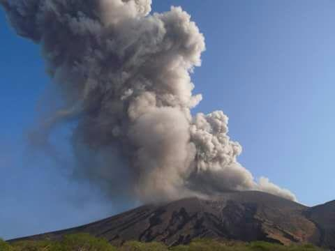 Eruption at Telica on 8 May 2015 (Viva Nicaragua - Canal Trece / Facebook)