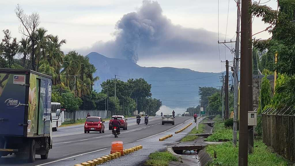 Strong ash emissions from Telica volcano today (image: @canal12nica/twitter)