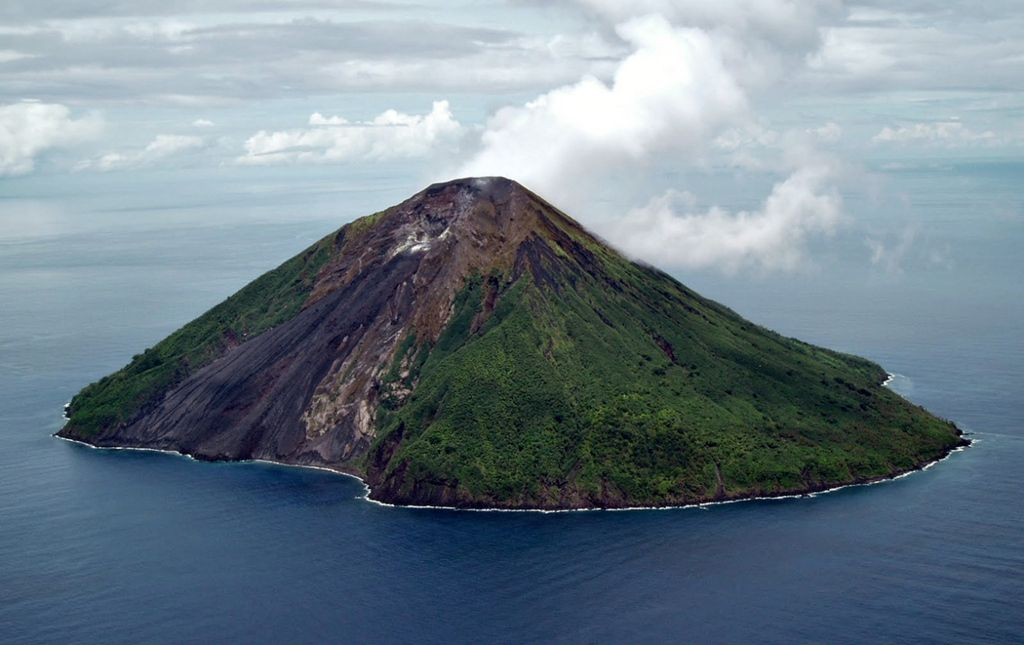 Tinakula volcano with its sciara del fuoco (image: Lance McC, date unknown but before 12/2009, via Panoramio / Volcano HotSpot blog)