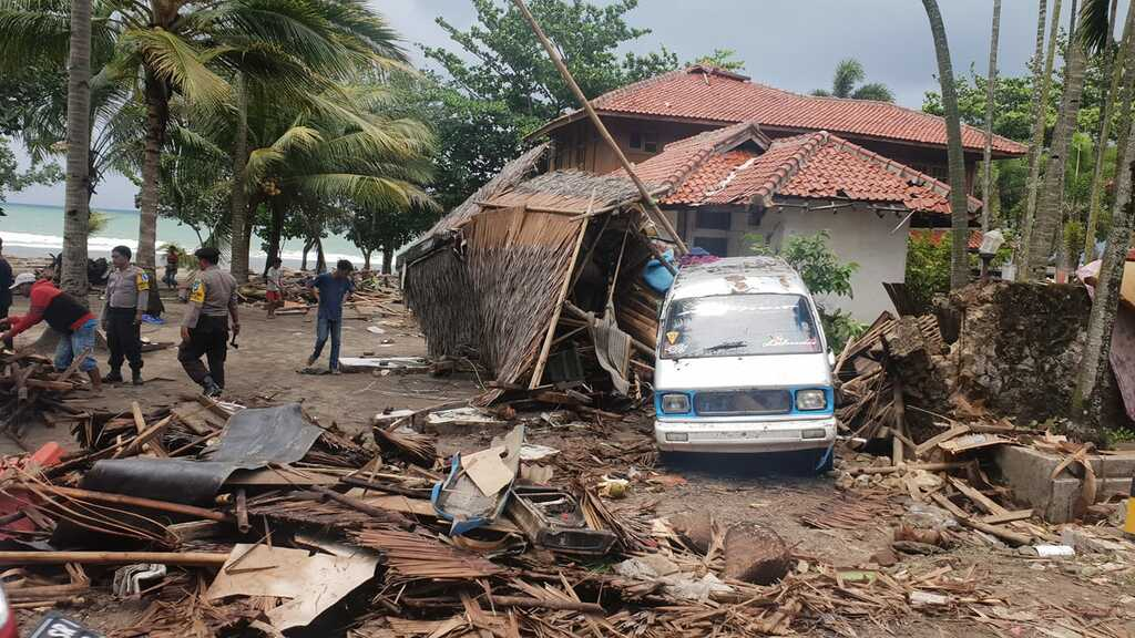 Tsunami damage on Java's west coast (image: Øystein Lund Andersen / facebook)