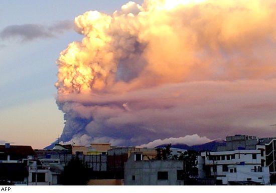 Reuters press photo of Tunagurahua volcano in eruption on 15 July 2006
