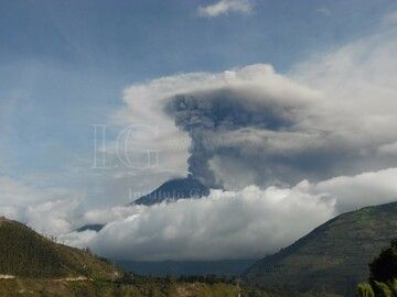 Steam and ash plume rising 3-4 km above Tunguarhua on 5 March (image: OVT-IGEPN