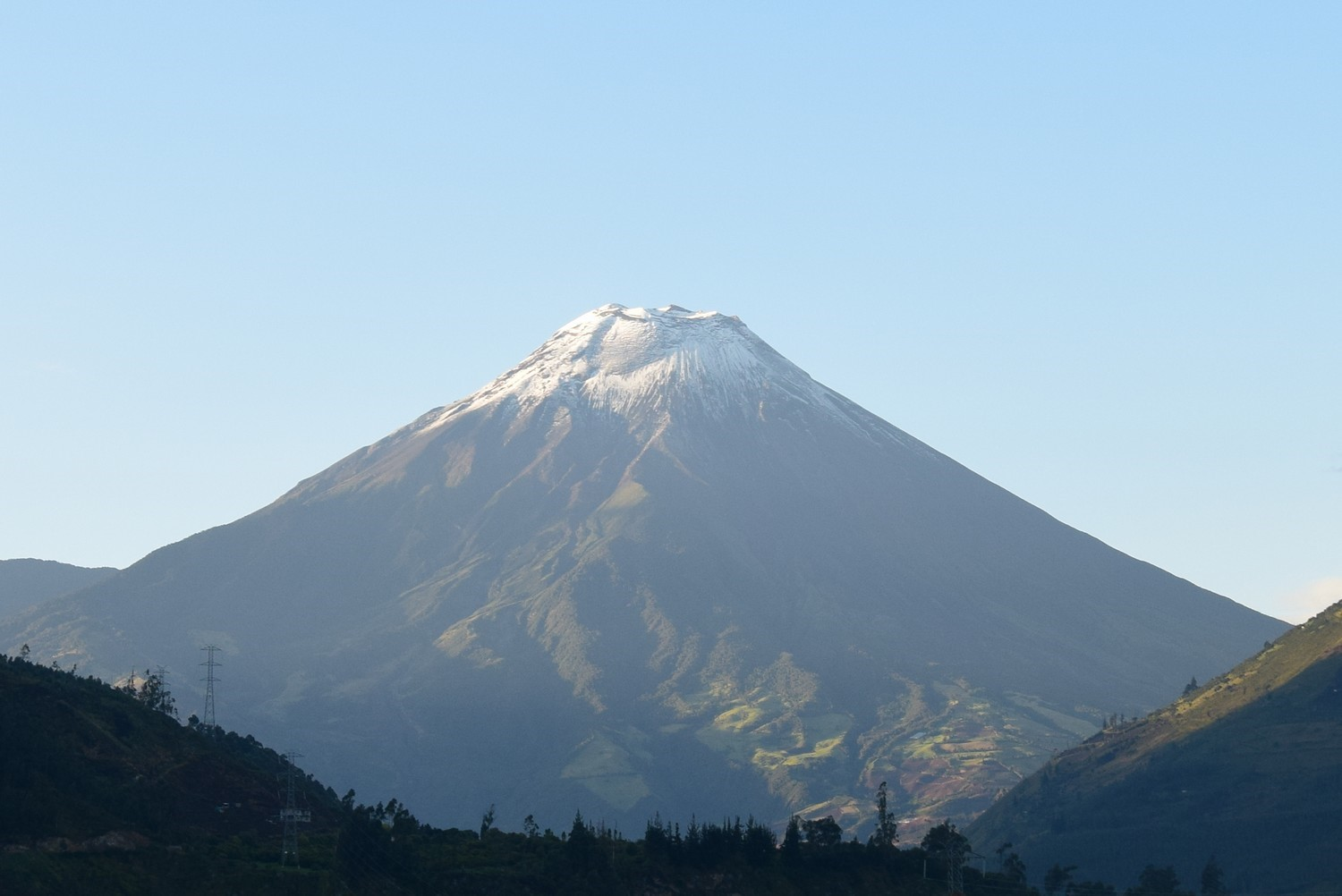 Tungurahua volcano in apparent calm on 31 May 2016 (image: S. Mr. Aguaiza, OVT-IGEPN).