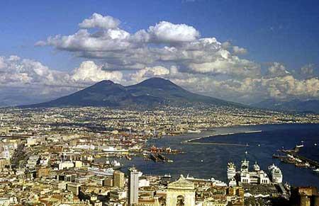 Le volcan Vésuve menaçant sur la ville et le golfe de Naples.