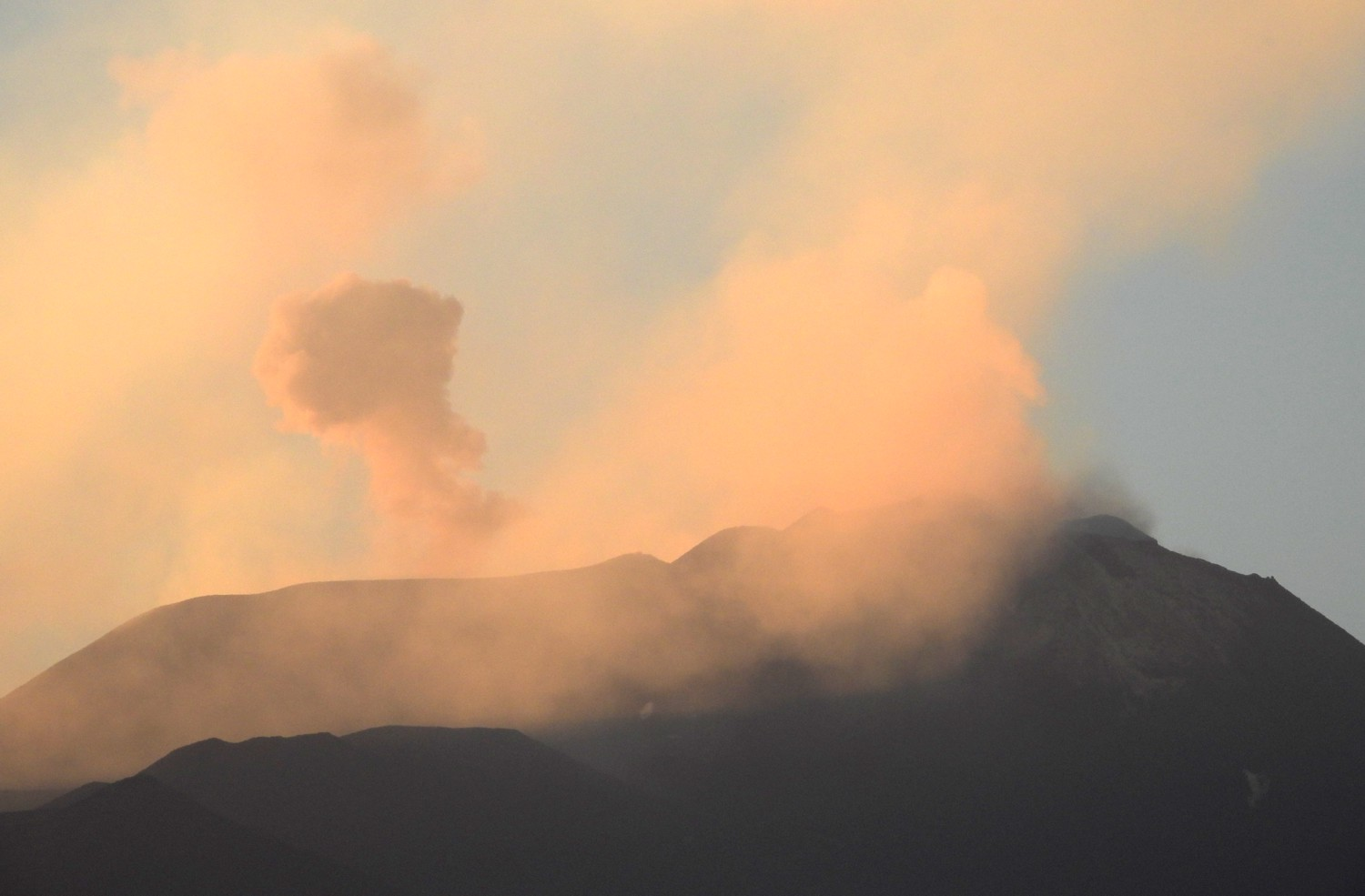 Ash emissions from Etna's Voragine on 13 June evening (image: INGVvulcani / facebook)