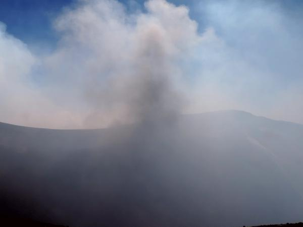 Ash emission from Etna's Voragine (photo: Boris Behncke / twitter)