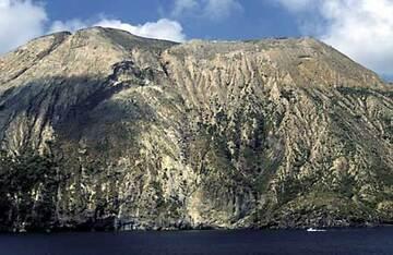 Le cône de la Fossa, île de Vulcano, vue depuis la mers