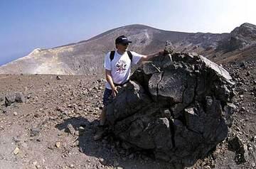 Enorme bombe en croûte de pain sur la lèvre du cratère de la Fossa du Vulcano - Iles Eoliennes (Italie)