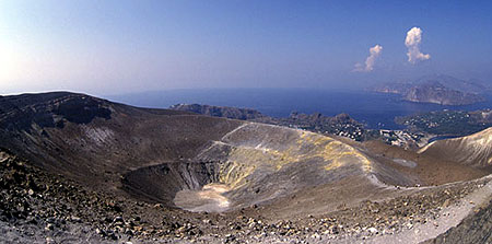 Cratère du volcan La Fossa du Vulcano avec vue sur l'archipel