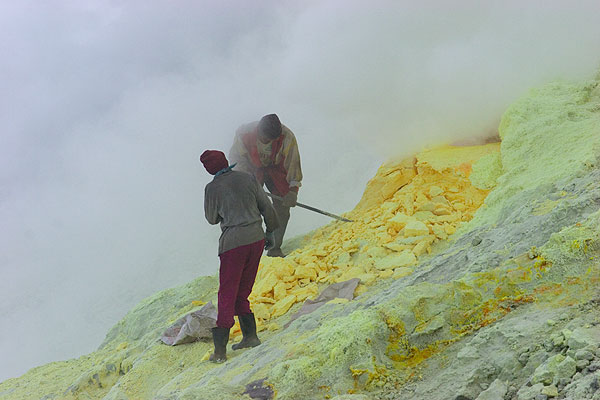 Sulphur mining at Welirang volcano