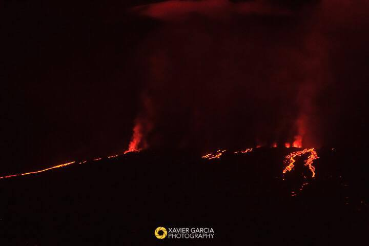 Image of the eruption 26 May evening (image: Xavier Garcia / Parque Nacional Galapagos / facebook)
