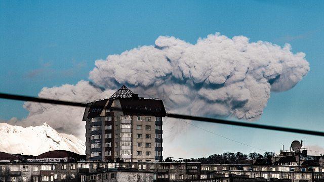 Eruption plume from Zhupanovsky volcano yesterday (image: Ирина Юркова / facebook)